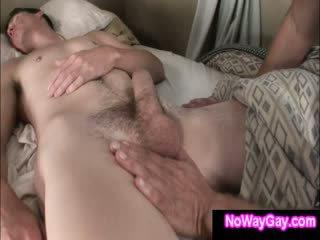 Gay roommate touches a dormir hétero amigo
