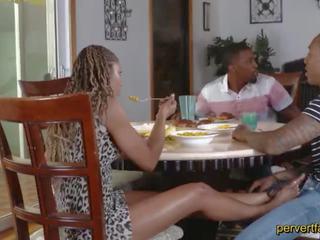 Pervertfamily- มีอารมณ์ แม่ และ ลูกสาว cheat บน ของพวกเขา partners