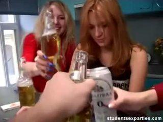 Chaud étudiant fête dances séduit guys vidéo