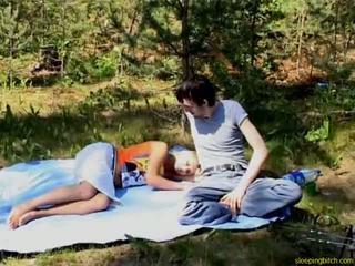 Dormind adolescenta afara la dracu