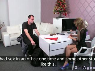 Female agent gives a ใช้เท้า ใน เธอ ออฟฟิศ