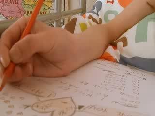 Paauglys mokinukė doing hole homework