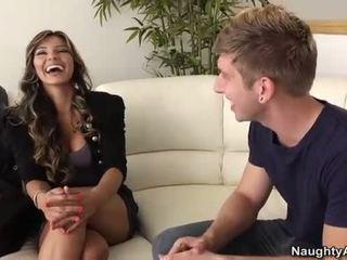Esperanza gomez takes um jovem caralho em o sofás