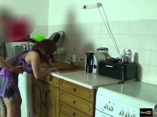 Step-mom force baisée et obtenir creampie par step-son tandis que elle est stuck