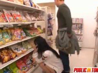 Sora aoi në i fortë doggy qij në dyqan