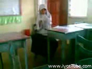 Video - malibog na classmate pinakita ang pepe sa silid-aralan