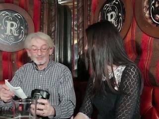 Ung dotter tempting morfar med ung fittor kön