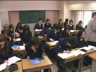 Jepang teens makes love with hands in kelas video