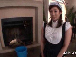 Sexy tenåring asiatisk stuepike getting henne rumpe oljet opp på kamera
