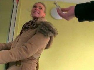 Superb amatööri blondi tšekki vauva adele sucks pois ja perseestä varten raha
