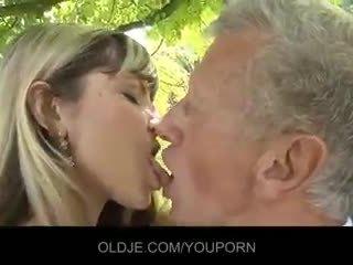 Jauns nejaukas blondīne kārdināšana an vecs guy