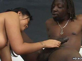 Super chaud asiatique dame gets une grand noir bite en son minou