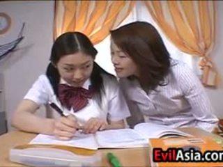 Lesbain asiática schoolgirls besando