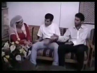 Arabisch muslim milf gangbanged im gruppe sex von 2 klein asiatisch semitic dicks
