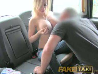Faketaxi sīka auguma dāma ar liels bumbulīši gets uz leju un netīras
