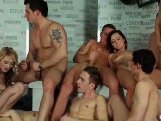 Biseksuāli orgija cumshots