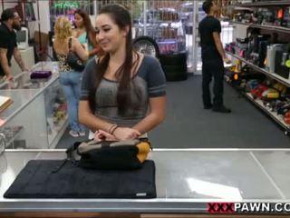 Karlee agrees ל זיון ל extra מזומנים