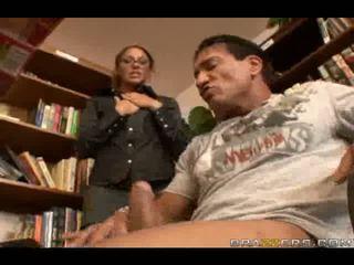 Секси библиотекар slammed от голям чеп в голям анално