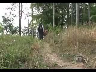 Grande cavalinho vovó fucks em o woods