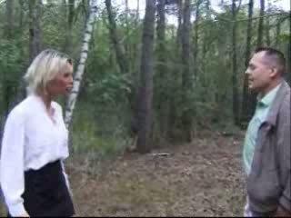 Blondie vrouw geneukt in bos