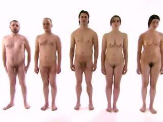 נקבה בלבוש וגברים עירומים ביחד