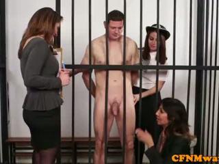Brit dom mujer vestida hombre desnudo policía nena humiliate prisoner <span class=duration>- 6 min</span>