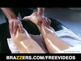Abbey brooks gets oljad upp & rubbed ner av henne masseur