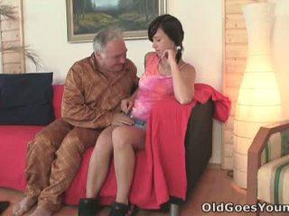 Natalia gets onto haar boyfriend en de oud man met de groot gut