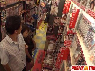 Cinese vecchio likes pubblico lecca