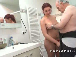 Papy mate un jeune couple avant de se faire pomper le dard