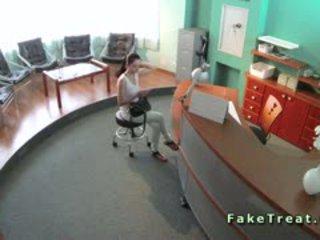 Sexy patient baisée en waiting salle en fake hôpital