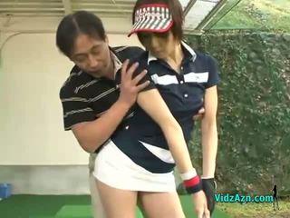 רזה אסייתי נוער enjoys מוצצת שלה גולף instuctors זין