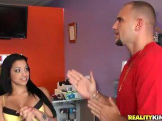 Jung und vollbusig latina salesgirl abella anderson
