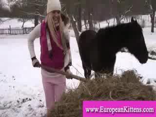 Dāma pleasing sev uz the stables ar a rotaļlieta