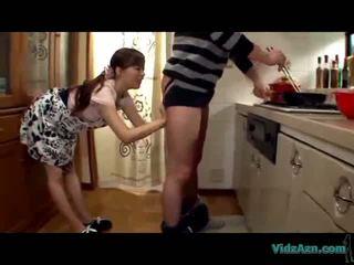الآسيوية فتاة licking guy أهبل giving اللسان بوضعه إلى فم في ال مطبخ