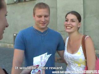 Tineri cuplu takes bani pentru public sex in patru