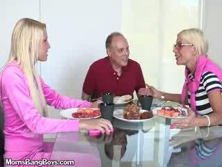 Blond mieze gets muschi eaten von boyfriend