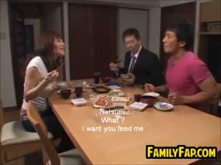 Styggt asiatiskapojke steg dotter