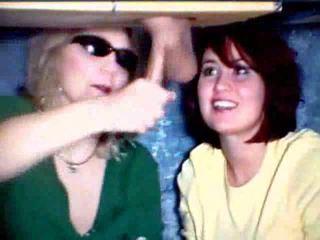 Μητέρα και κόρη παιχνίδι με ένα καβλί βίντεο