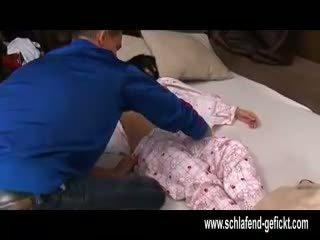 Na open door nacht slapen meisje met groot tieten geneukt hard