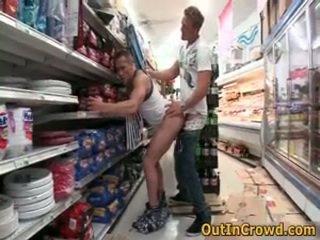 Αθλητικό ομοφυλόφιλοι having δημόσιο σεξ σε ένα supermarket 3 με outincrowd