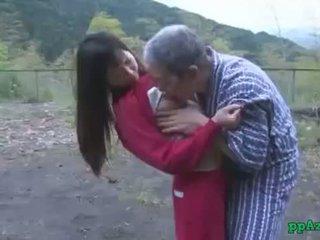 亚洲人 女孩 getting 她的 的阴户 licked 和 性交 由 老 男人 附带 到 屁股 户外 在