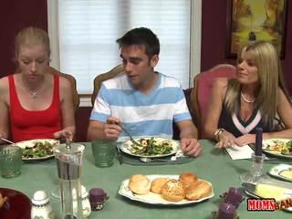 Stemor jacks av gutt henhold den bord