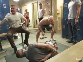 Scopata in il crowded locker stanza