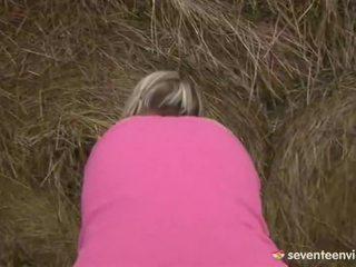Jovem grávida gaja masturbação dentro o haystack