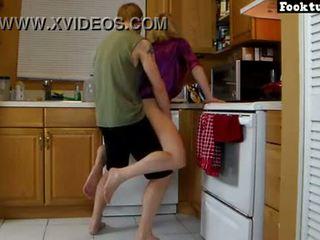 Mamma lets sønn løft henne og slipe henne hot rumpe inntil han cums i hans shorts