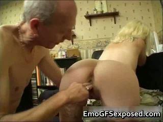E moshuar papy qirje i ri tattooed bashkëshorte