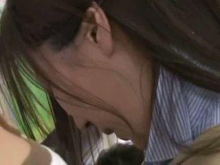 Sramežljivo mlada ženska otipavanje in used v a crowded vlak