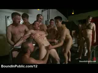 Злягання гей пеніс jerked по strangers в bathhouse