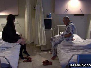 Aziāti pacients jāšanās viņa visitor ar a sekss rotaļlieta
